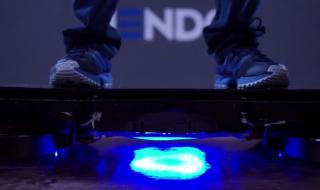 宙を浮くスケートボード