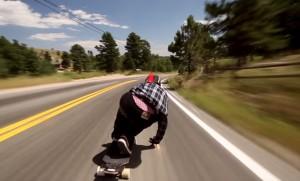 ロングスケートボードで時速112kmを出すとこんな感じ