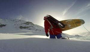 パウダーでサーフボードを乗りこなす驚きのスキーヤー登場!