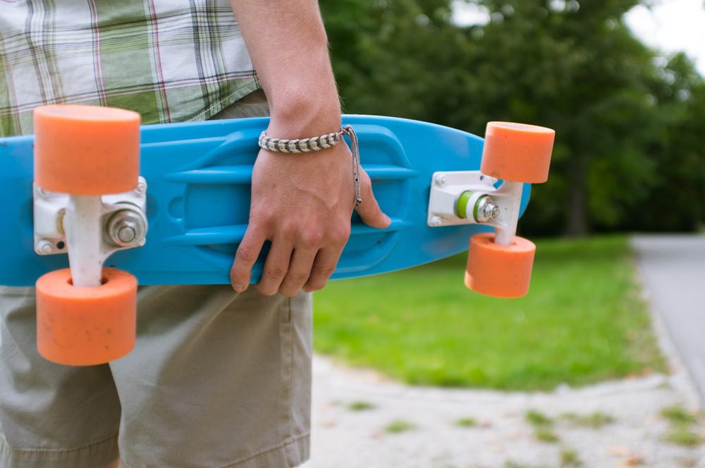 スケートボード 持ち歩く