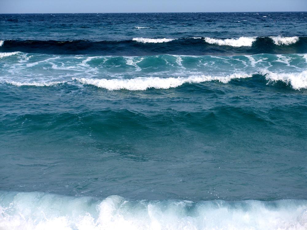 波を岸から見る
